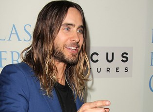 Jared Leto points at a paparazzo