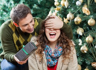 Man surprises his girlfriend with a Vukee photo book for Christmas